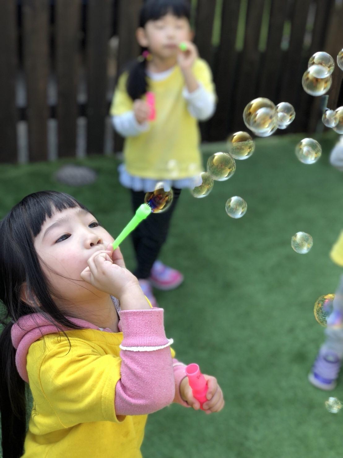 遊ぶ園児たち
